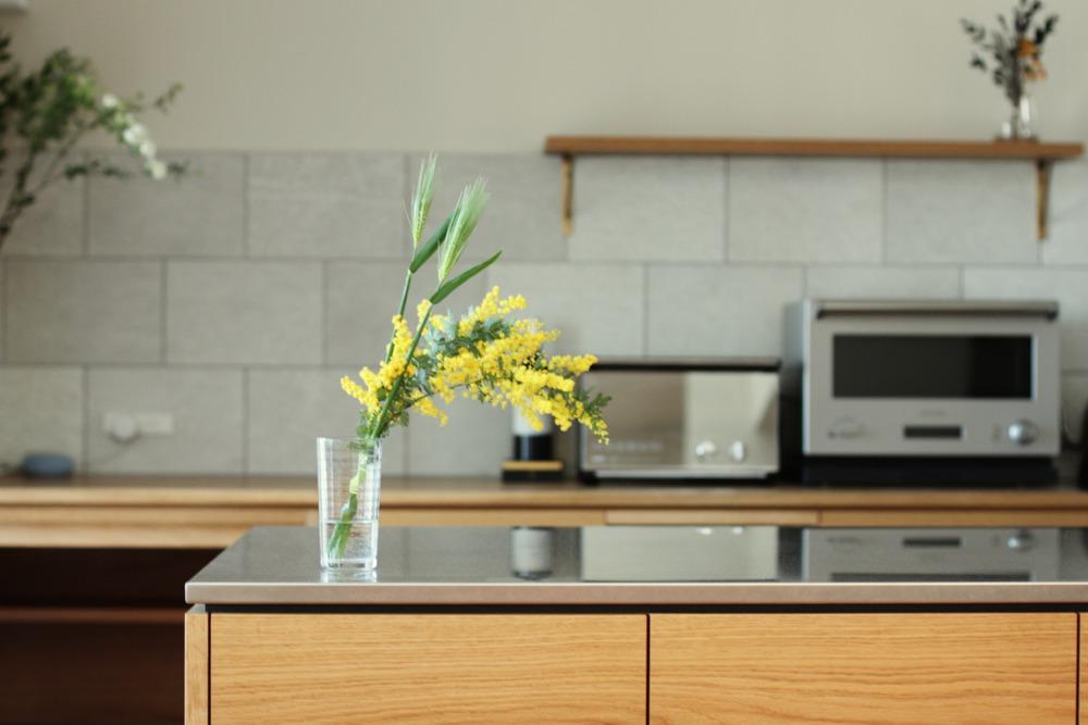ステンレスバイブレーションとオーク板目のセパレートキッチン
