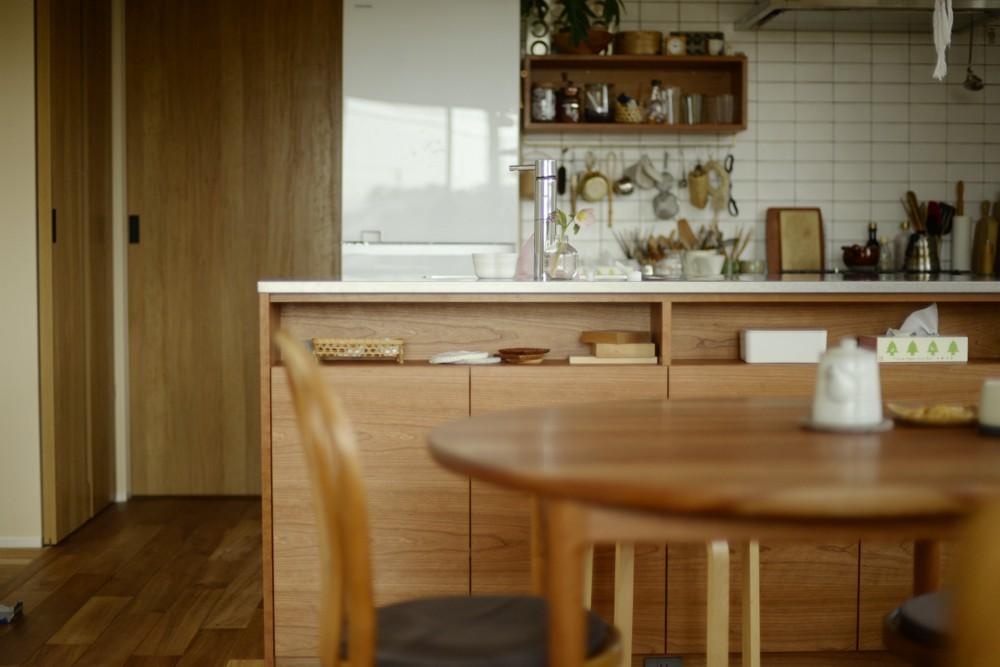 ステンレスバイブレーションとアメリカンチェリ―のセパレートキッチン